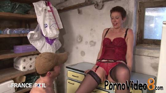 LaFranceaPoil: Diana - Older brunette slut seduces gardener (HD/720p/330 MB)